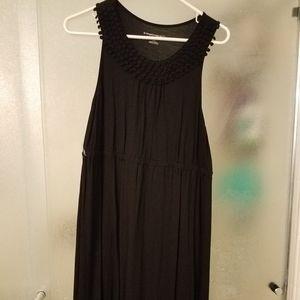 Sleeveless black maternity dress